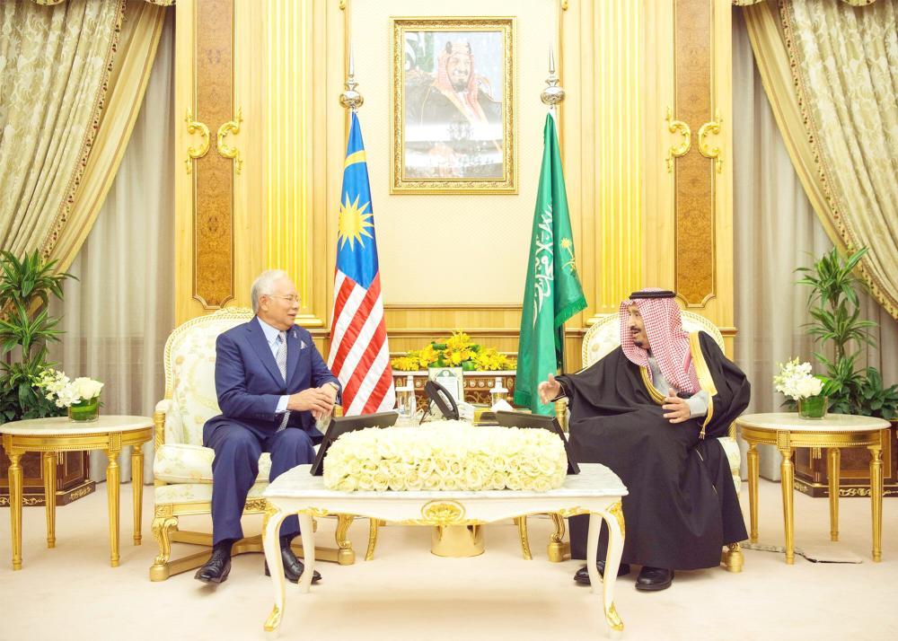 الملك سلمان مستقبلاً محمد نجيب عبدالرزاق في قصر اليمامة بالرياض أمس. (واس)