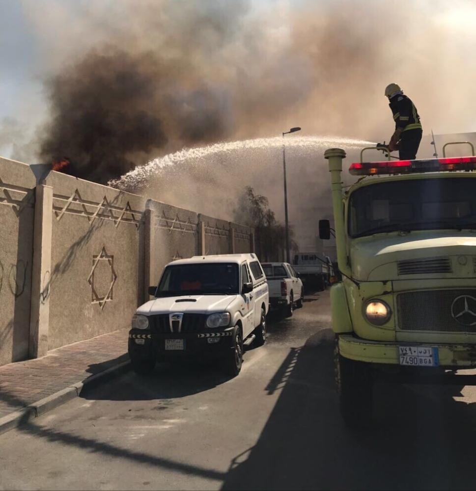 فرق الدفاع المدني تخمد النيران. (عكاظ)