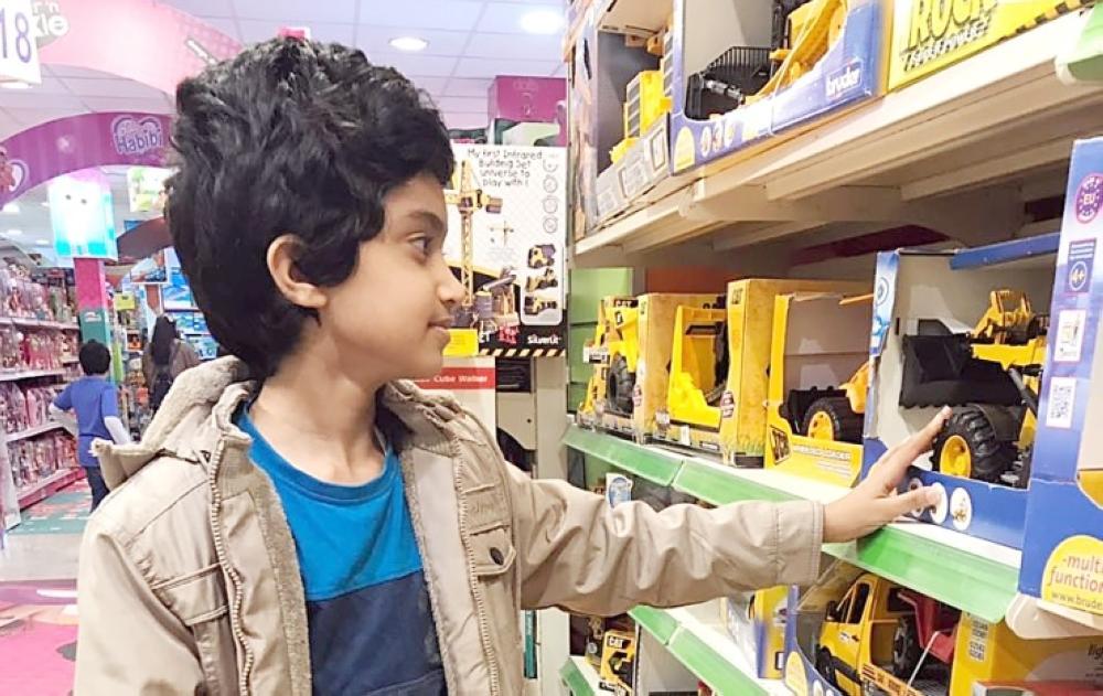 طفل يختار هديته. (تصوير: أمل السريحي)
