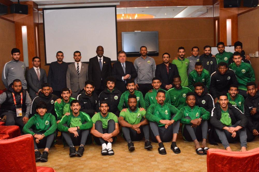 سفير المملكة لدى الصين يزور بعثة الأخضر الأولمبي قبل مواجهة العراق