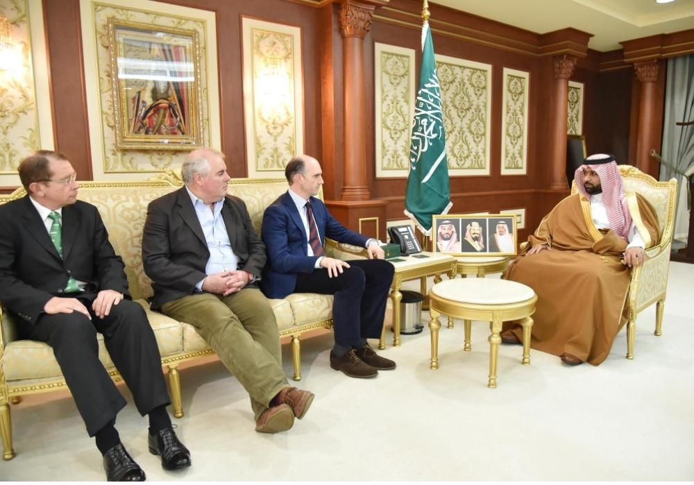 محمد بن عبدالعزيز يستقبل وفداً من البرلمان البريطاني