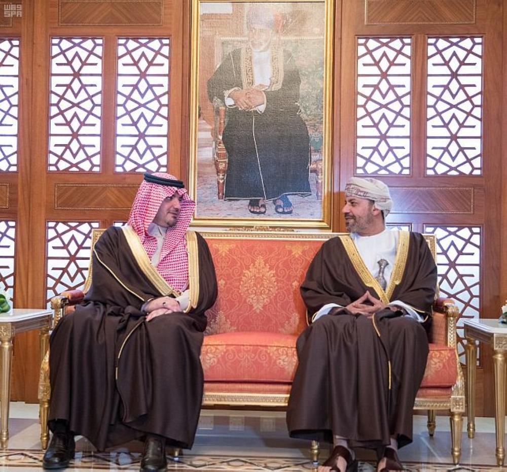وزير الداخلية يبحث تعزيز التعاون الأمني مع نظيره العماني