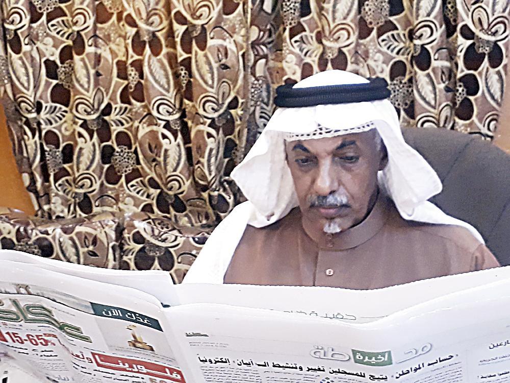 محمد عبده متصفحا «عكاظ».