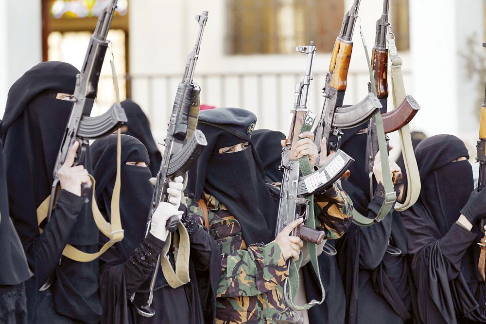 مواليات للحوثي يحملن السلاح في استعراض لدعم الميليشيات المنهارة أمس الأول. (أ.ف.ب)