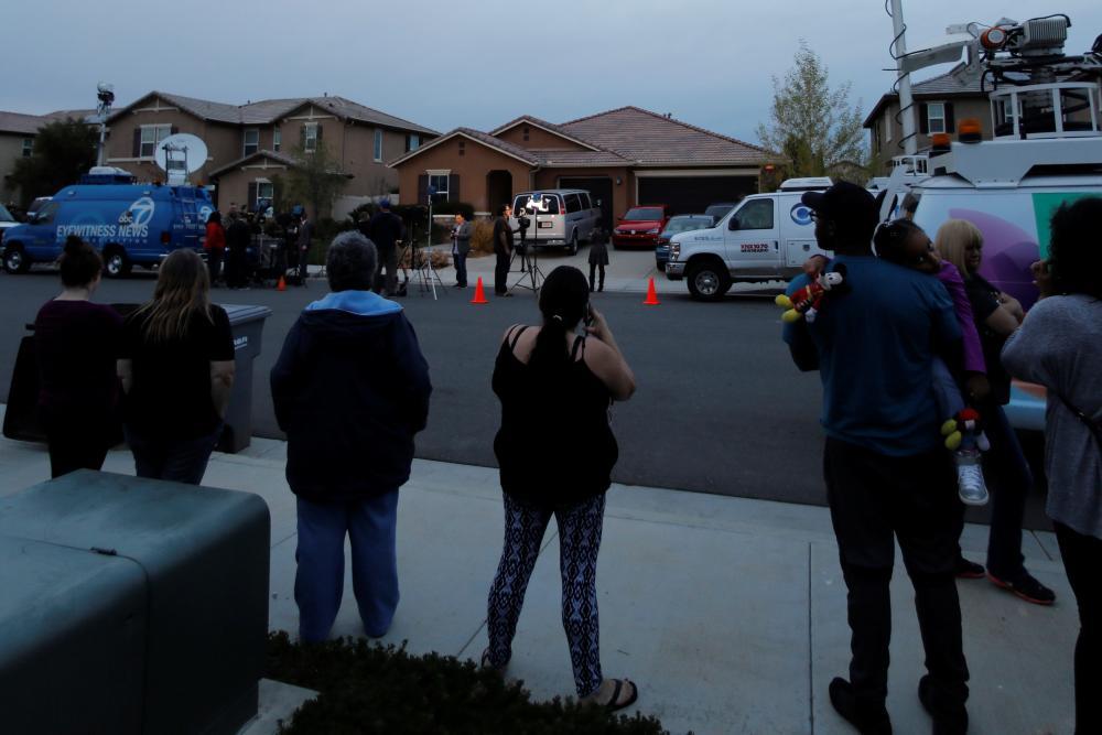 فرق الأخبار والصحافة أمام منزل تربين عقب مداهمته من السلطات الأمنية.