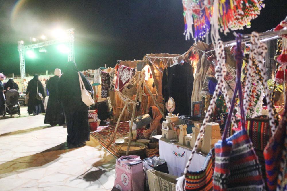 معروضات الأسر المنتجة في «شتاء الرياض». (عكاظ)