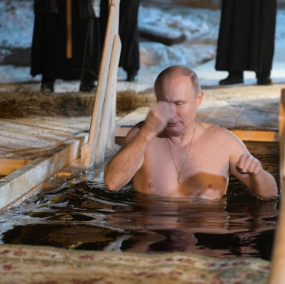 بالصور.. بوتين يغوص في بحيرة متجمدة احتفالاً بعيد الغطاس