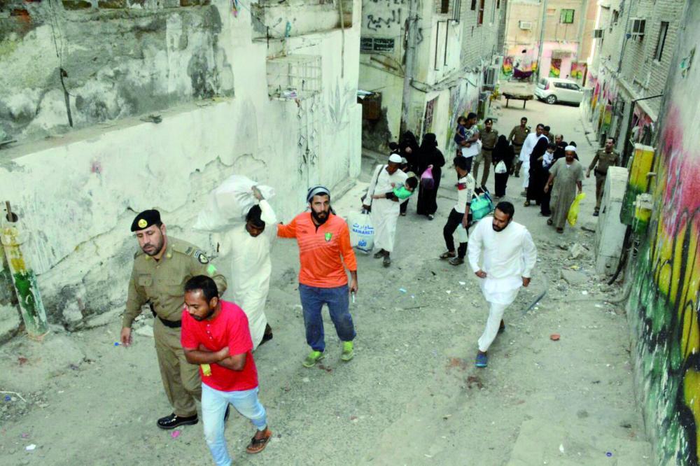 مخالفون ضبطتهم الأجهزة الأمنية في مكة. (عكاظ)