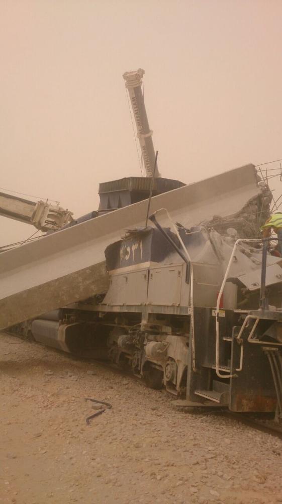 بالصور.. «صبة أسمنتية» تهشم قطار شحن.. وينجو السائق