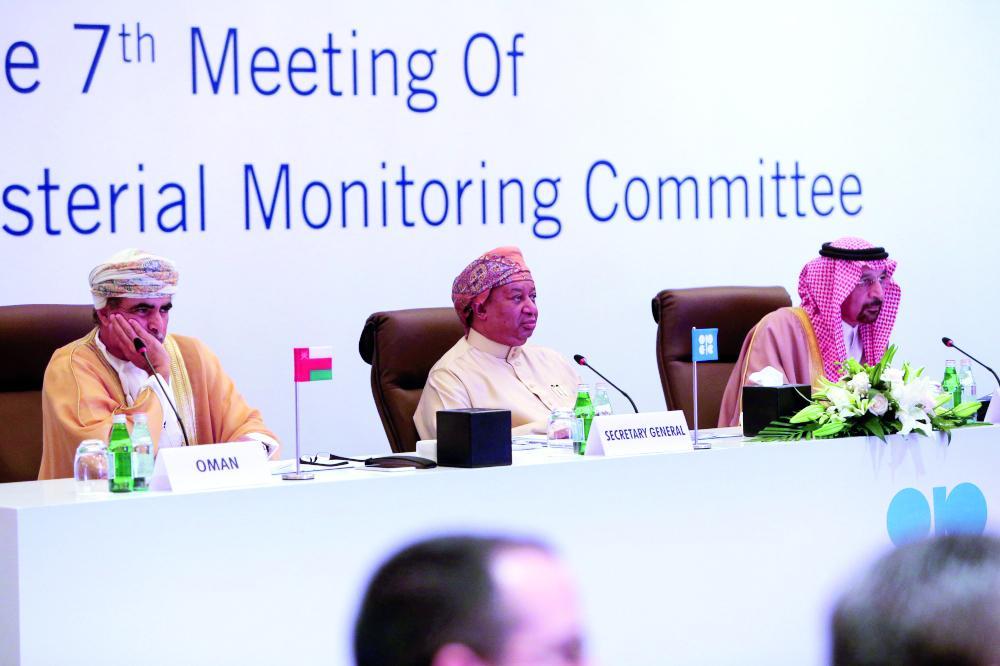وزير الطاقة خالد الفالح خلال المؤتمر الصحفي أمس (الأحد) في سلطنة عمان. (رويترز)