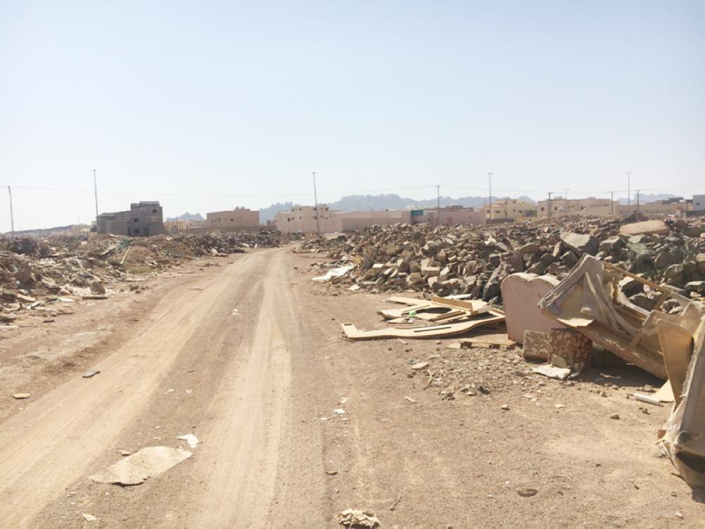 .. من مرمى النفايات شمال «المصيف». (تصوير: راشد الثويني)