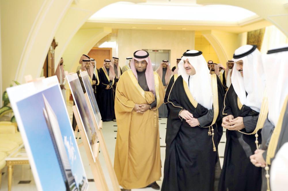 الأمير سعود بن نايف مطلعا على مشاريع غرفة الشرقية. (عكاظ)