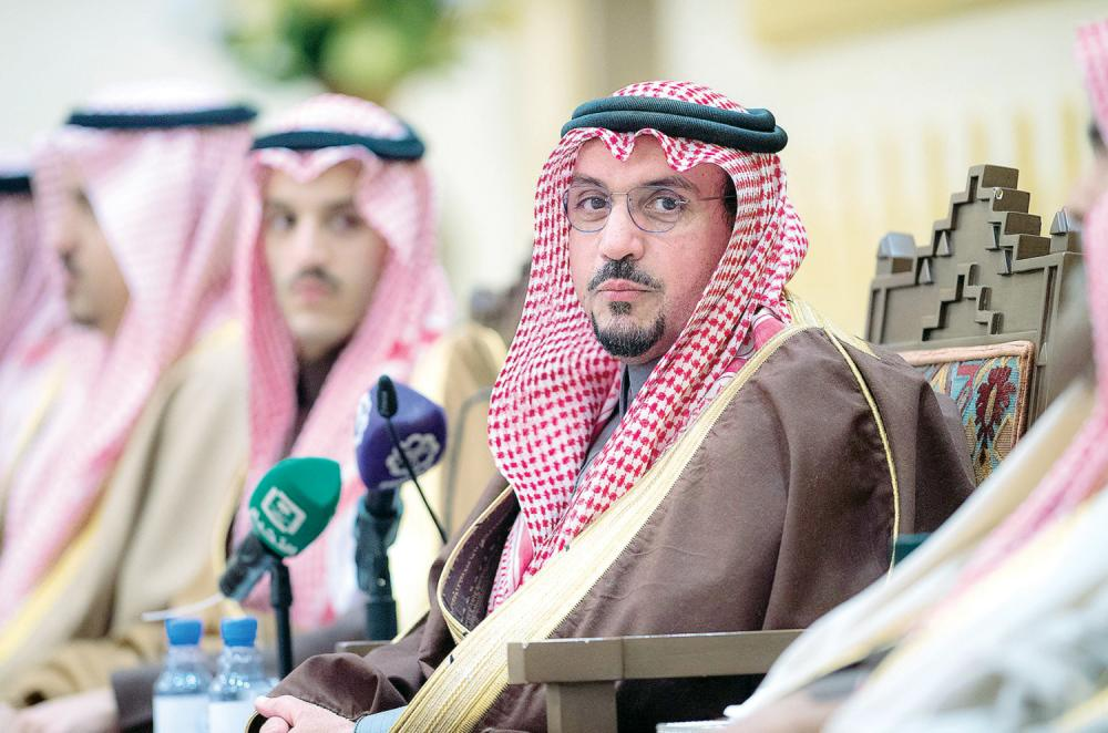 الأمير فيصل بن مشعل أثناء الجلسة الأسبوعية. (عكاظ)