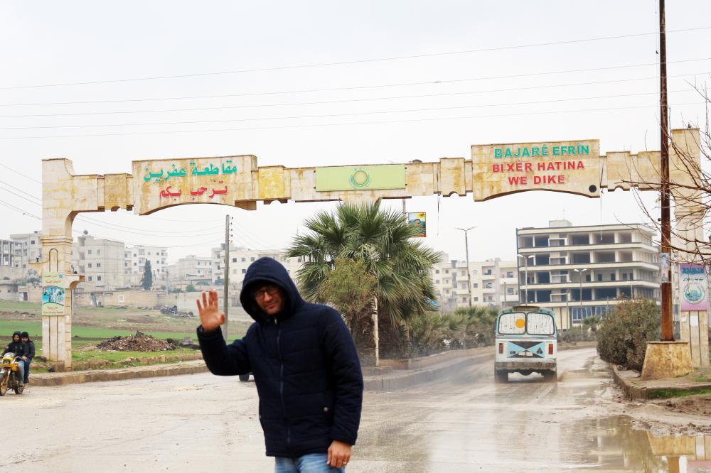 الزميل عبدالله الغضوي مغادرا مدينة عفرين في نهاية جولته