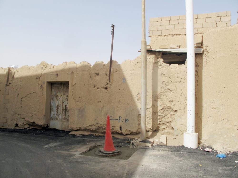أهالي الحي يطالبون بإزالتها أو ترميمها.