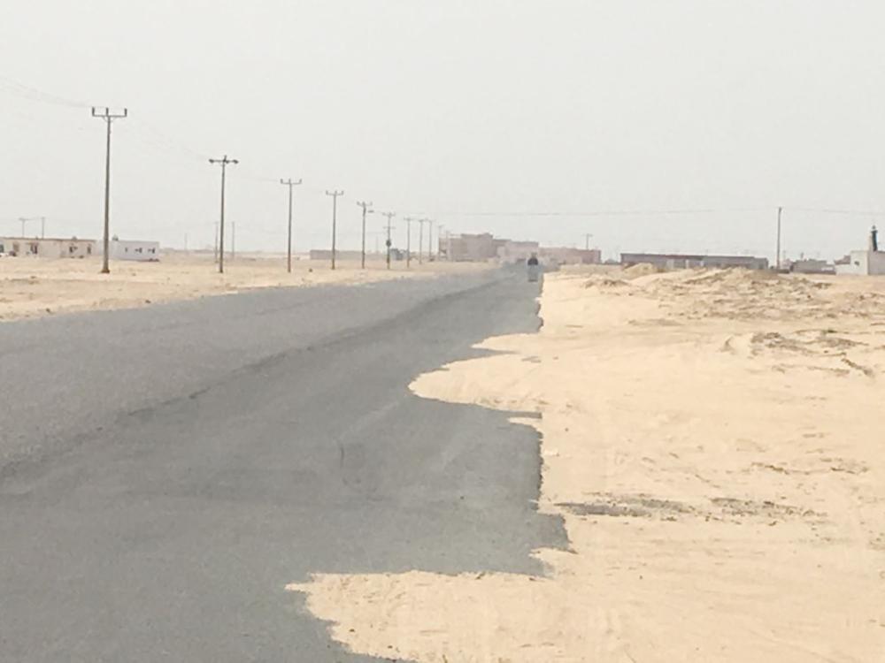الطريق إلى القرية متهالك ويفتقد للصيانة. (تصوير: حسن الثعلبي)