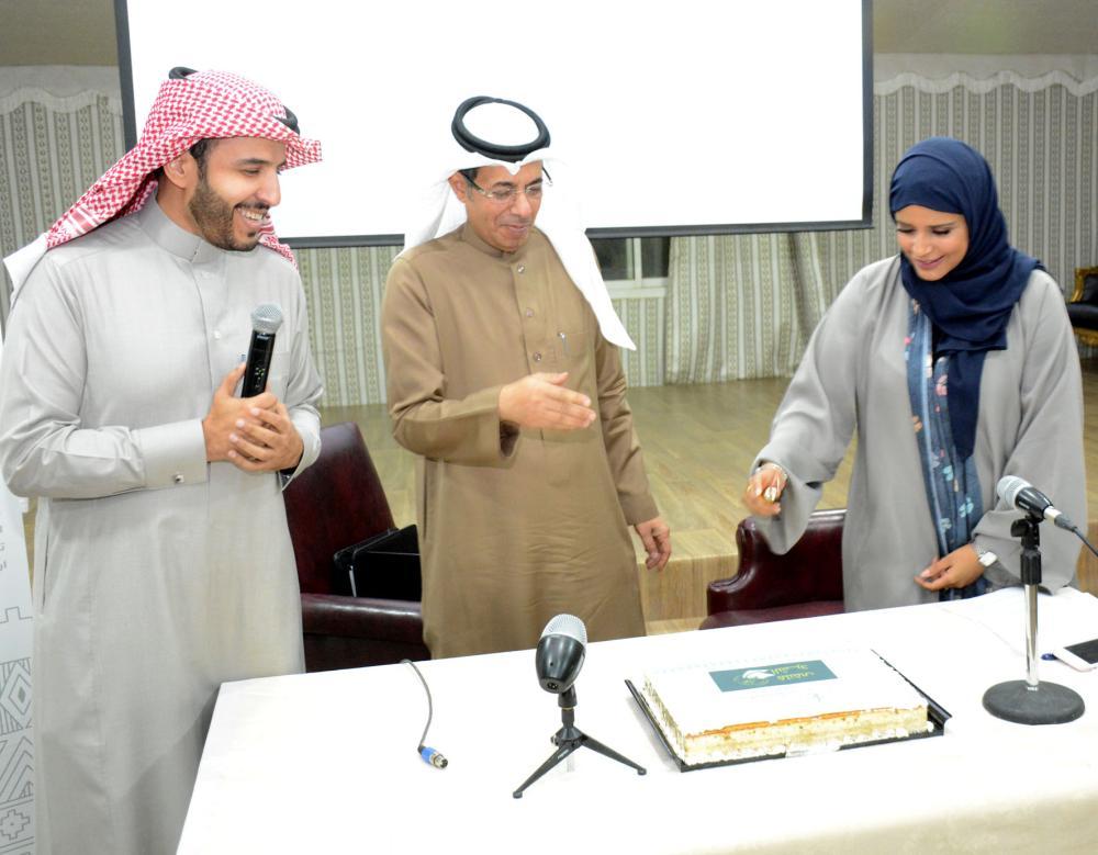الدكتور عمر السيف والدكتور معجب العدواني وبدور الفصام أثناء تدشين الملتقى