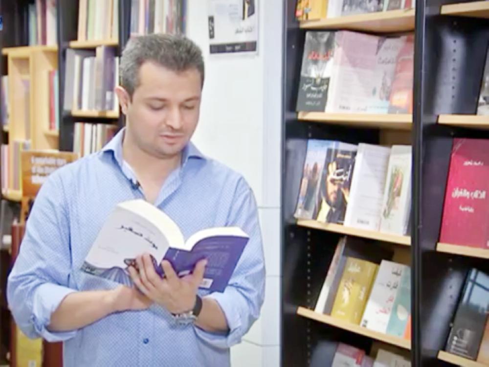 محمد علوان يتصفح روايته «موت صغير».