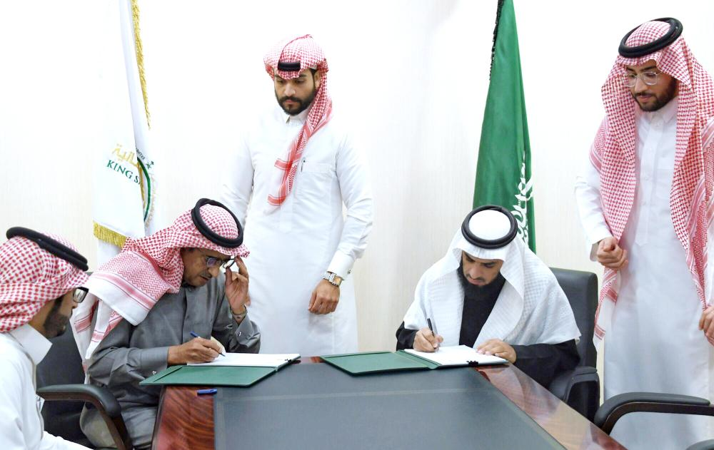أحمد البيز يوقع عقد البرنامج مع منظمة أطباء عبر القارات في تركيا أمس في الرياض. (واس)
