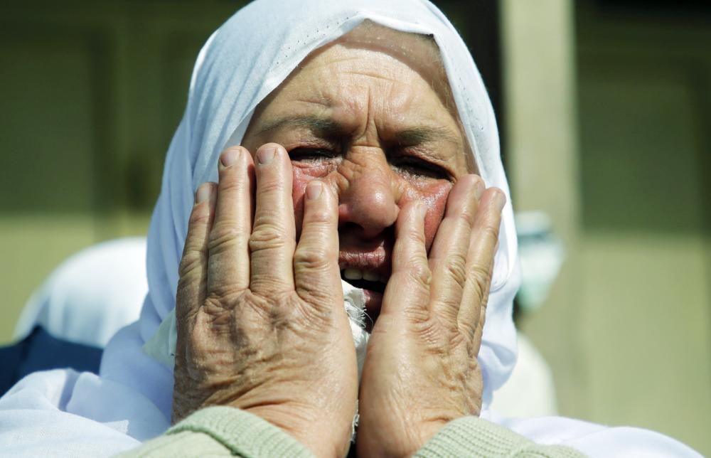 جدة الفلسطيني خالد تايه الذي قتله جيش الاحتلال، تبكي أثناء تشييعه في نابلس بالضفة الغربية أمس. (أ ف ب)