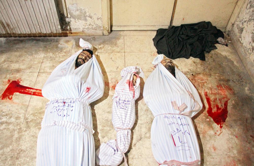 جثث 3 مدنيين قتلوا في قصف لنظام الأسد على مدينة دوما في غوطة دمشق أمس. (أ ف ب)