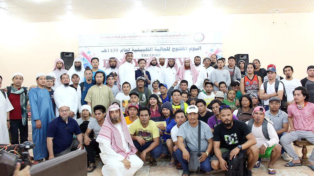 المسلمون الجدد في مكتب الملحاء التعاوني. (عكاظ)