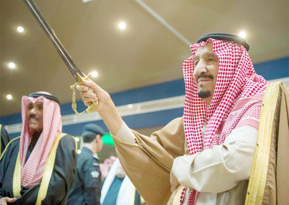 الملك سلمان يتفاعل مع العرضة السعودية في ختام الحفل الخطابي والفني.