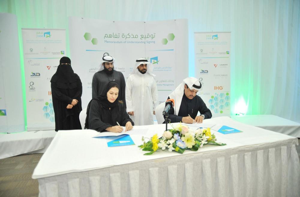خلال توقيع اتفاقية شراكة التوظيف أمس. (عكاظ)