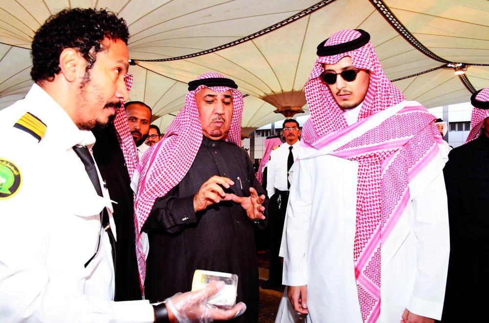 الأمير أحمد بن فهد يستمع إلى شرح عن مشاريع المركز. (عكاظ)