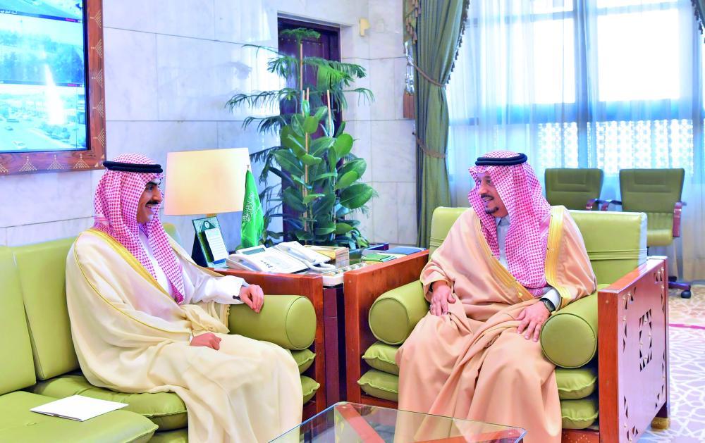الأمير فيصل بن بندر مستقبلا السفير الكويتي أمس. (عكاظ)