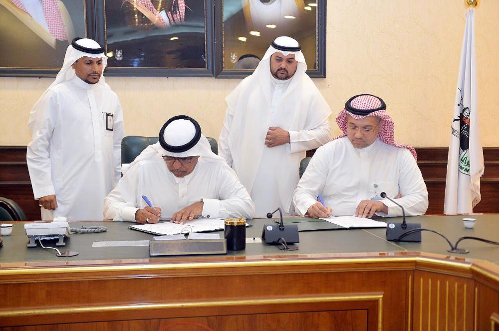 عساس أثناء توقيع الاتفاقية مع مدينة الملك عبدالله الطبية. (عكاظ)