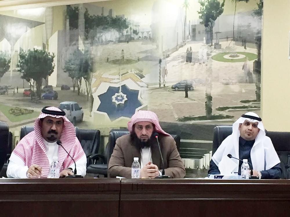 رئيس وأعضاء المجلس خلال الجلسة أمس. (عكاظ)