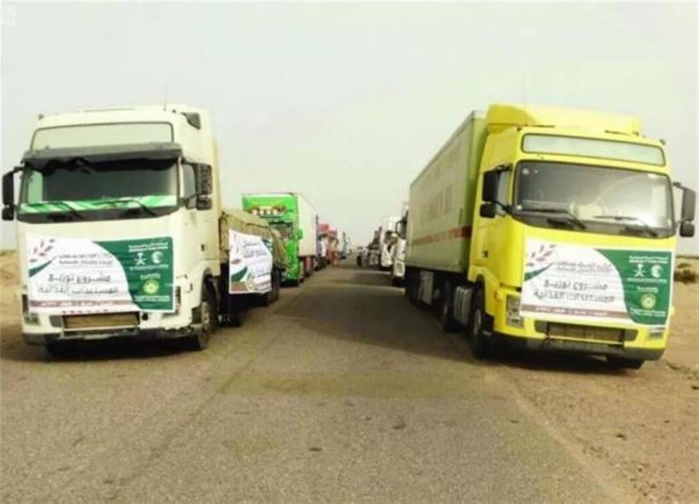 مركز الملك سلمان يوزع المواد الغذائية للنازحين في البيضاء