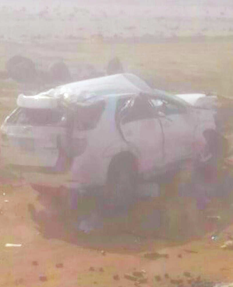 مركبة العائلة بعد وقوع الحادثة. (عكاظ)