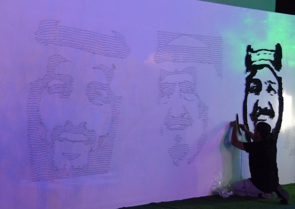 لوحة فنية بالمسامير والصوف تجسد صورة المؤسس في «الجنادرية»