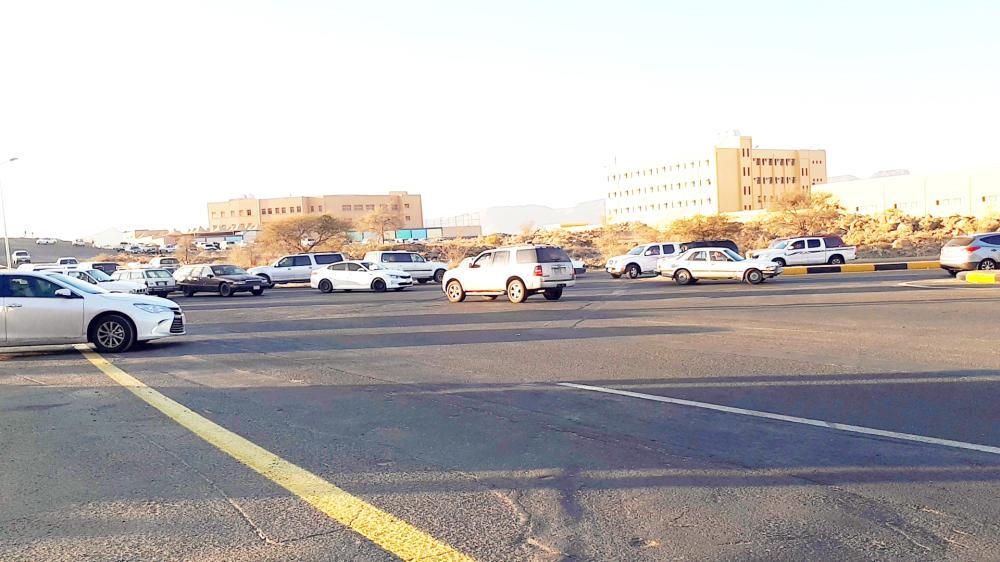 إرباك مروري على التقاطع الخطر في حي آل بريد. (عكاظ)