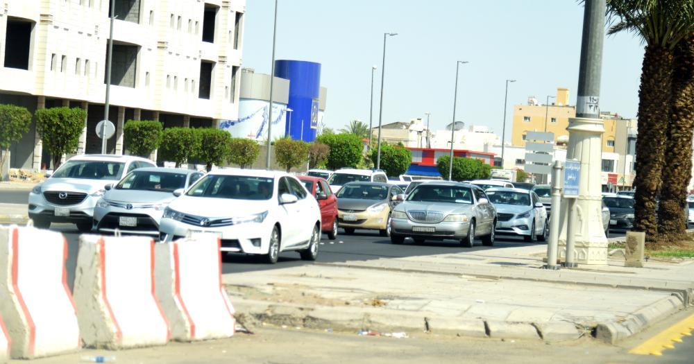 ربكة مرورية يومية في التقاطع. (تصوير: عبدالمجيد الدويني)