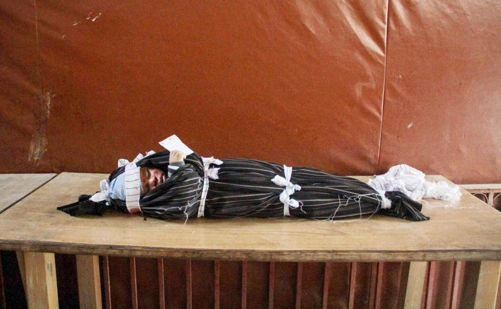 جثة طفل سوري قتل في غارة لنظام الأسد على دوما في الغوطة الشرقية لدمشق أمس الأول. (أ.ف.ب)