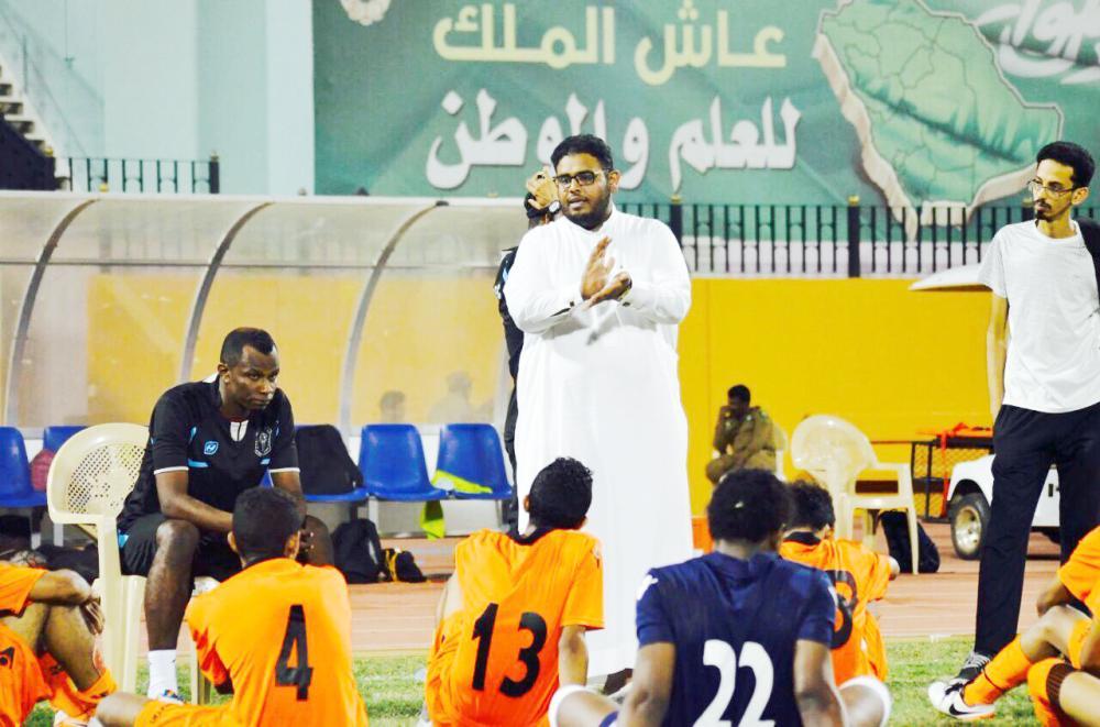 أحمد السبعي مع لاعبي الأمجاد. (عكاظ)