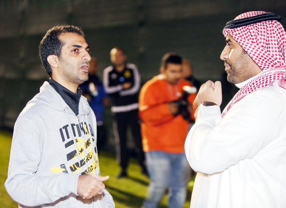 رئيس الاتحاد القادم نواف المقيرن في حديث جانبي مع د. منصور اليامي في زيارة سابقة للعميد.