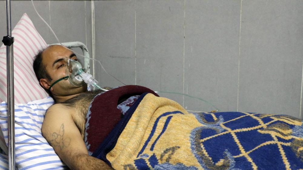 مقاتل كردي يرقد في مشفى بعفرين عقب تعرضه لهجوم تركي بالغاز أمس الأول. (أ. ف. ب)
