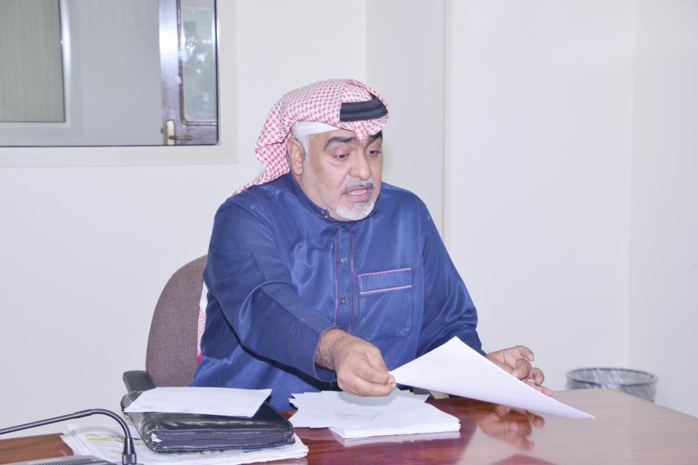 محمد حسين البحيري يشرح لـ«عكاظ» تفاصيل قضيته. (تصوير: موسى الأحمري)