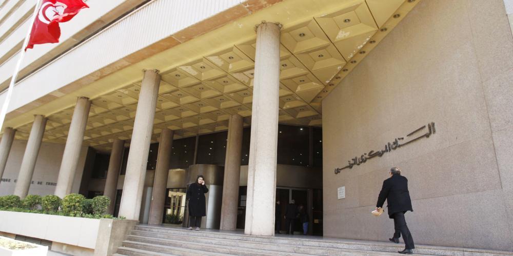 تونسي يسير بجوار مبنى البنك المركزي التونسي. (رويترز)