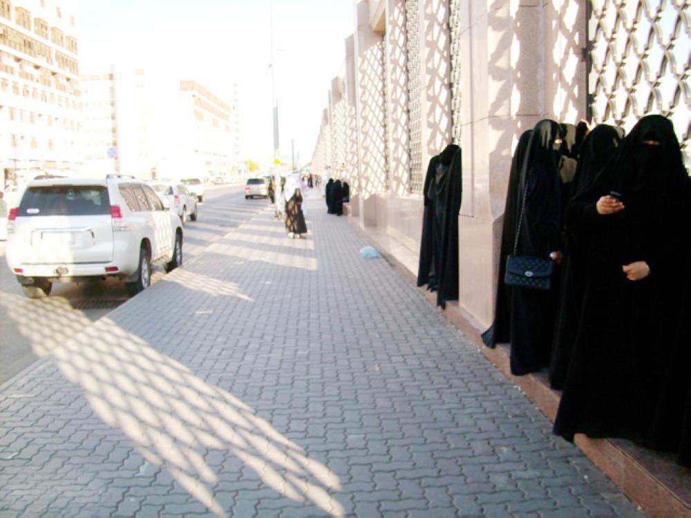 نساء يزرن مقبرة البقيع في المدينة المنورة من خلف الأسوار. (عكاظ)