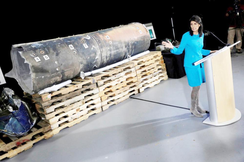 نيكي هايلي تشير إلى حطام صاروخ إيراني أطلقته ميليشيا الحوثي على الأراضي السعودية. (أرشيفية)