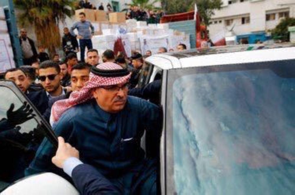 لماذا أهان عمال غزة «سفير قطر» وعلمه ورشقوه بالأحذية ومزقوا صور تميم؟