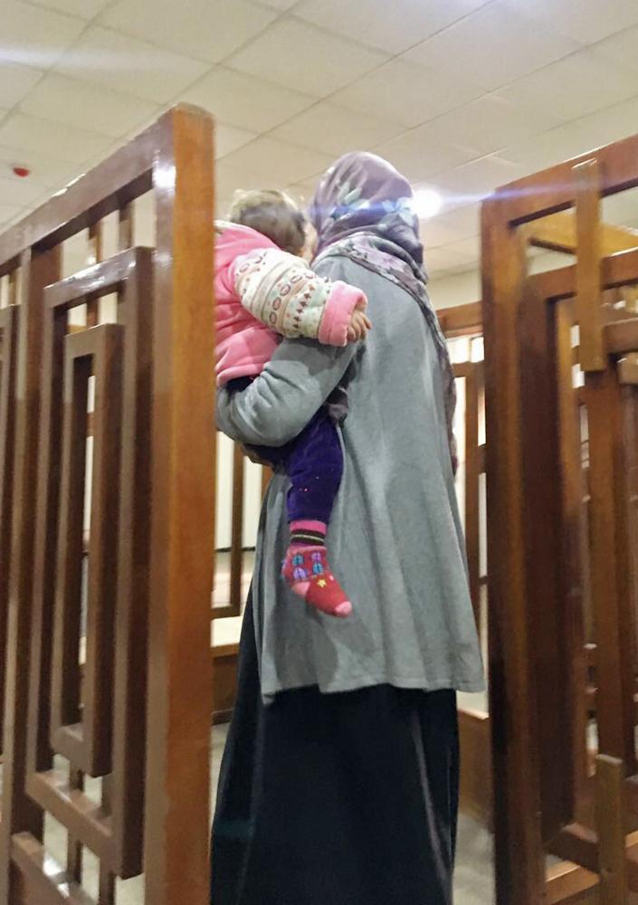 الفرنسية المرحلة ميلينا بوغدير تصل إلى المحكمة في بغداد أمس. (أ.ف.ب)
