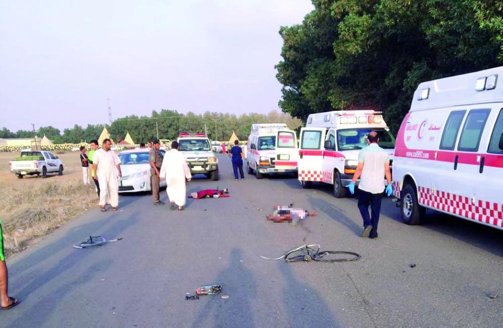 جثامين بعض المتوفين بجانب سيارات الإسعاف، وفي الإطار دراجات محطمة. و«عكاظ» تعتذر لنشر الصور.