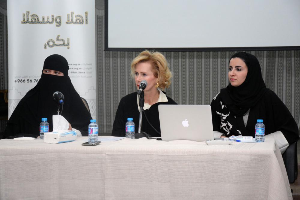الدكتورة الهنوف الدغيشم واليزابيث بولزا وهديل الدغيشم أثناء الندوة