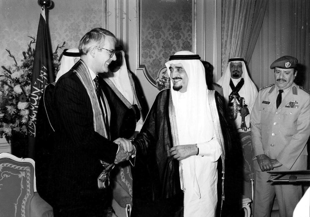 الملك فهد أثناء اجتماعه بجون ميجور في مقر رئاسة الحكومة بداوننغ ستريت في لندن.